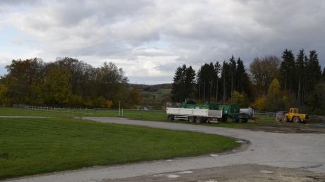Zwischen Kreuzberg und einer landwirtschaftlichen Halle östlich von Nattenhausen könnte der geplante VG-Bauhof errichtet werden.