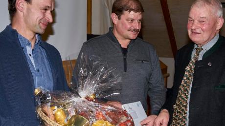 Der neue MeG-Vorsitzende Christian Riedler und sein Stellvertreter Thomas Brecheisen (von links) verabschiedeten den bisherigen Vorsitzenden Karl Stadler nach 25 Jahren aus seinem Amt.