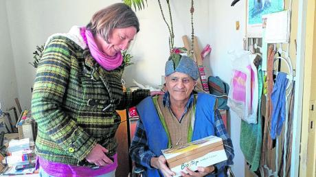 Katharina Gruber, die im Sommer ihren Urlaub in Alba Julia zur Unterstützung von Sr. Maria verbracht hat, übergab vorweg einem Heimbewohner, dem vor Jahren in einem strengen Winter beide Beine abgefroren sind, sein Weihnachtspäckchen.