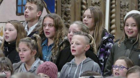 Mitglieder der Chorklasse der sechsten Jahrgangsstufe bei ihrem Auftritt. Foto: Realschule Thannhausen