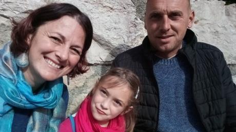 Krisztina Pap mit Tochter Eszter und ihrem Ehemann Balazs.