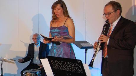 Wie in den Vorjahren füllte das Weihnachtskonzert des Lions-Clubs den Ringeisensaal in Ursberg. Es musizierten Robert Sittny, Georg Gerhardt, Sally du Randt und Jochen Schwarzmann.