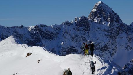 Im Winter geht es mit Skiern auf den Berg. In der Sektion Krumbach des Deutschen Alpenvereins sind alle Sparten vertreten.