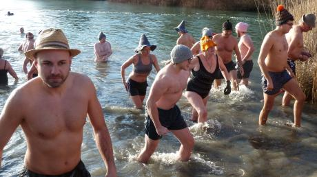 """""""Hinein ins kühle Nass"""": Mit 111 Teilnehmern gab es beim Silvesterschwimmen im Oberrieder Weiher einen neuen Rekord."""