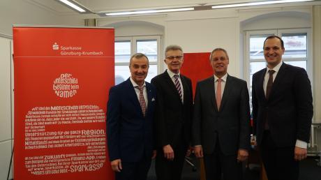 Beim Abschied in den Ruhestand: Von links Oberbürgermeister Gerhard Jauernig (Verwaltungsratsvorsitzender), Uwe Leikert (Mitglied des Vorstandes) Ludwig Kuhn und Daniel Gastl (Vorsitzender des Vorstandes).