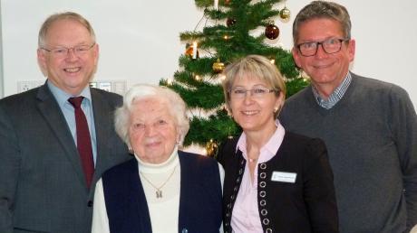 Im Beisein von Heimleiterin Anita Kugelmann und begleitet von ihrem Sohn Herbert (rechts) durfte sich Margarethe Höck über den Besuch von Bürgermeister Georg Schwarz zu ihrem 90. Geburtstag freuen.