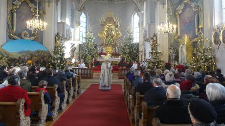 Bischof Dr. Rudolf Voderholzer predigte beim Pontifikalamt in Maria Vesperbild nicht vom Ambo aus, sondern begab sich mitten unter die Gläubigen.