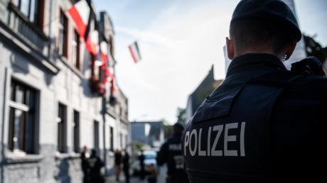 Die Polizei ist der Garant für die öffentliche Sicherheit. Wenn in ihren Reihen Einzelpersonen mit rechtsextremer Gesinnung auffallen, schlägt das besonders hohe Wellen der Empörung.
