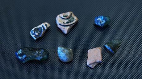Auf dem Foto sind Scherben aus der Umgebung der ehemaligen Glasmacherei zu sehen, wie sie noch ab und an gefunden werden können.
