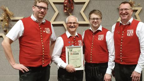 Zum Ehrenmitglied ist Norbert Schmid ernannt worden. Im Bild: (von links) Thorsten Engel (2. Vorstand), Norbert Schmid, Sebastian Schwarz (Dirigent) und Rainer Miller (1. Vorstand der Musikvereinigung Ziemetshausen).