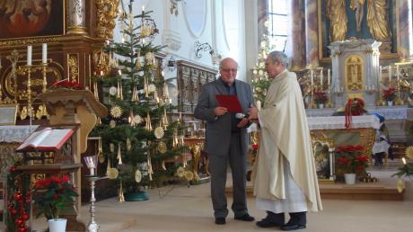 Pfarrer Endres überreichte Kirchenchorleiter eine Urkunde zum 50-jährigen Dienstjubiläum als Kirchenchorleiter.