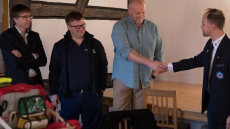 Übergabe der neuen Notfallausrüstung durch den Förderverein Rettungsdienst an die Wasserwacht Krumbach (von links): Gert Klimkeit, Dr. Björn Tauchmann, Dr. Marcus Härtle und WW-Vorsitzender Stefan Gut.
