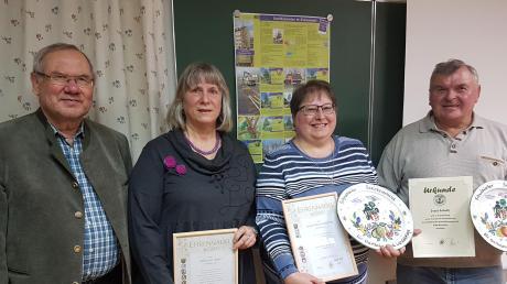 Ehrungen beim Kreisverband für Gartenbau und Landespflege Günzburg. Auf dem Bild (von links): Kreisvorsitzender Hans Joas, Ursula Schmidt, Maria Heiligensetzer und Josef Schalk.