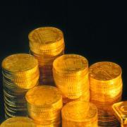 Goldmünzen hatte ein Senior in einem Eimer dabei und sprach bei der Polizei in Krumbachvor. Betrüger hatten ihn dazu gebracht, seinen Goldschatz aus dem Bankschließfach zu holen, damit er ihn an sie übergebe. Gerade noch kamen ihm Zweifel.