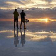 Marco und Armin Thalhofer am Salar de Uyuni in Bolivien, dem mit mehr als 10000 Quadratkilometern größten Salzsee der Welt.