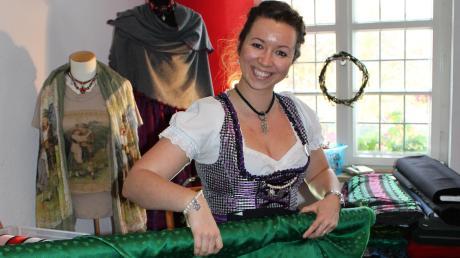 Trachtenstoffen in allen Farben und Materialien werden einem interessierten Publikum auf dem Krumbacher Trachtenmarkt angeboten.