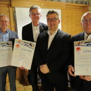 Für jahrelange herausragende Vereins- und Vorstandsarbeit mit einer Urkunde ausgezeichnet wurden vom Vorsitzenden des Fördervereins Rettungsdienst Björn Tauchmann (2. von rechts): Dr. Maximilian Drexel, Uwe Leikert und Dr. Dieter Scheffelmeier (von links).
