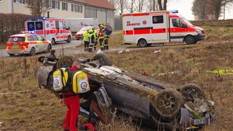 Mehrfach überschlagen hat sich der mit drei Personen besetzte Unfallwagen am Kiesberg bei Deisenhausen. Alle drei Insassen wurden schwer verletzt und die Rettungskräfte vor Ort hatten alle Hännde voll zu tun.