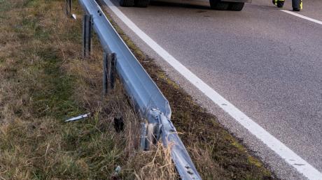 Bei einem Unfall auf der B 300 bei Oberrohr ist ein Auto in die Leitplanke geschlittert.