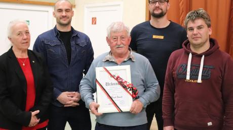 Gottfried Reisch (Mitte) ist neues Ehrenmitglied der DJK Breitenthal. Dem langjährigen Vorstandsmitglied gratulierten die Vereinsvorsitzenden Franz Keller (rechts), Florian Pfaff und Veronika Kreuzer-Jakob sowie Simon Marschall (Zweiter von links) vom Diözesanvorstand der DJK.