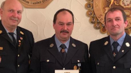Thomas Spaun wurde von Kreisbrandrat Robert Spiller (links) und Kommandant Josef Sauter (rechts) für 40 Jahre aktive Tätigkeit geehrt, ebenso Johann Föhr, der krankheitsbedingt nicht erscheinen konnte.