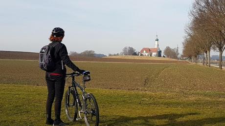 Blick auf die bekannte Biberbacher Kirche St. Jakobus, St. Laurentius und Heiliges Kreuz.