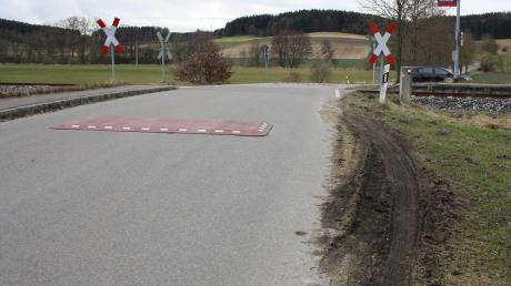 Als Zumutung, insbesondere für landwirtschaftliche Fahrzeuge, wurden im Neuburger Marktgemeinderat die Berliner Kissen am Bahnübergang in Hirschfelden erachtet. Die Bankette beidseits der Straße wurde durch ausweichende Fahrzeuge stark beschädigt.