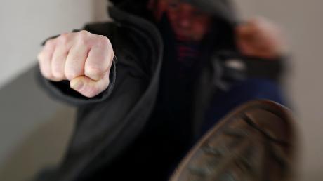 Ein Unbekannter hat in Graben einen 76-jährigen Mann angegriffen.