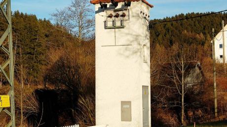 Dieser alte Trafo-Turm, der unmittelbar neben der Zusam bei Nachstetten steht, soll abgebaut werden.