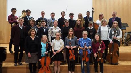 Alle Beteiligten am Ende des Konzerts auf der Bühne der neuen Aula des Simpert-Kraemer-Gymnasiums (SKG) Krumbach.