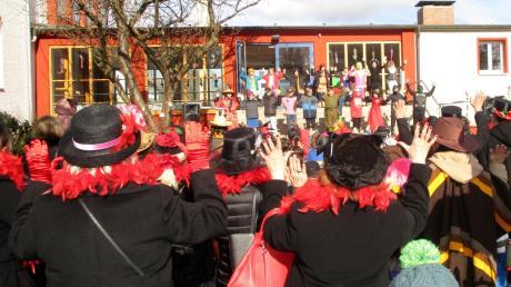 Einen Showtanz der besonderen Art präsentierten die Schüler der Grundschule Krumbach für die zahlreichen Zuschauer.