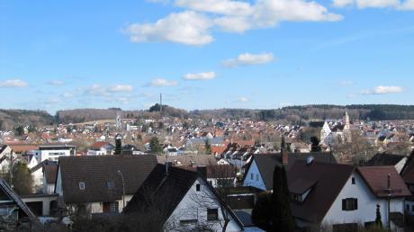 Blick vom Waldsportplatz Richtung Krumbach. Die Einwohnerzahl ist in Krumbach in den vergangenen Jahren angestiegen, mittlerweile sind es über 13700 Einwohner. Und es ist mit einem weiteren Zuwachs zu rechnen.