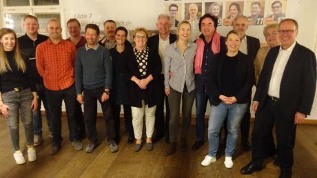 Klemens Ganz (rechts) und weitere beim Info-Abend im Gasthof Munding anwesende UFWG-Kandidaten für die Stadtratswahl.