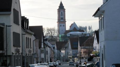 Die Krumbacher Karl-Mantel-Straße wurde vor Kurzem neu gestaltet. Doch das Thema Verkehr bleibt in Krumbach eine Art kommunalpolitischer Dauerbrenner und wird wohl auch bei der Bürgermeisterwahl eine wichtige Rolle spielen. Am Dienstag, 3. März findet in der FOS/BOS unsere Podiumsdiskussion statt.