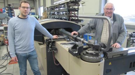 Vater Peter (rechts) und Sohn Tobias Hartmann sind als Inhaber der Hartmann Metallbearbeitung mit dem Wachsen des Handwerksbetriebs zufrieden.