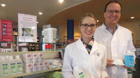 Desinfektionsmittel und Gesichtsmasken sind derzeit auch in der Krumbacher Bahnhof-Apotheke gefragt. Unser Bild zeigt Inhaber Mathias Müller und Apothekerin Julia Strobel.