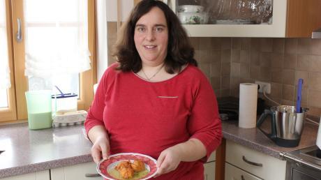 Landfrau Gabriele Strobel aus Winzer präsentiert ihre Suppe.