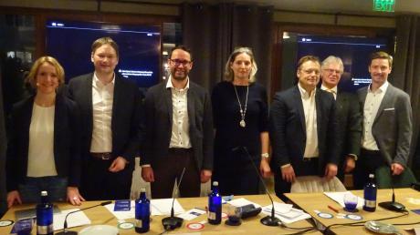 """Heidemarie Weng (links) und Christoph Ost (rechts) moderierten beim """"Politik-Tasting"""" der WJ Günzburg mit den Kandidaten (von links) Hans Reichhart (CSU), Max Deisenhofer (Die Grünen), Luise Bader (SPD), Gerd Mannes (AfD) und Rudolf Ristl (Die Linke)."""