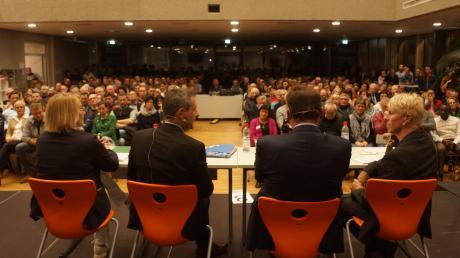 Podiumsdiskussion der MN zur Bürgermeisterwahl in Krumbach mit (von rechts) MN-Redaktionsleiter Peter Bauer, Bürgermeister Hubert Fischer (Junge Wähler/offene Liste), Gerhard Weiß (CSU) und Angelika Hosser (Grüne).