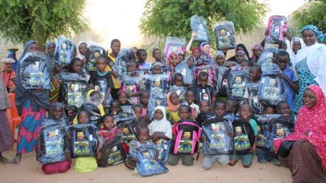 Die Kinder sind glücklich, in die Schule gehen zu können.
