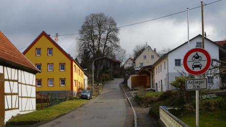 """Die Straße """"Hinterer Berg"""" in Deisenhausen dürfen künftig wieder alle Fahrzeuge, die nicht schwerer als 2,8 Tonnen sind, in beiden Richtungen befahren."""