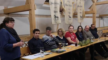 Bürgermeisterkandidatin Gabi Schmucker stellte sich auf einem Infoabend zusammen mit den Gemeinderatskandidaten der LEB den Fragen der Bürger aus allen Ortsteilen Ellzees.