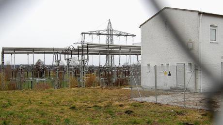 Im Zuge des Umbaus des LEW-Umspannwerkes im Norden von Balzhausen soll auf dem freien Areal (links) ein Techniker-Gebäude sowie ein Schalthaus errichtet werden.