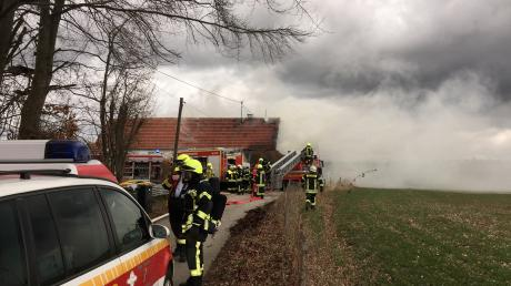 Beim Brand in Wasserberg waren zahlreiche Einsatzkräfte von Feuerwehren aus den Kreisen Günzburg und Unterallgäu im Einsatz.