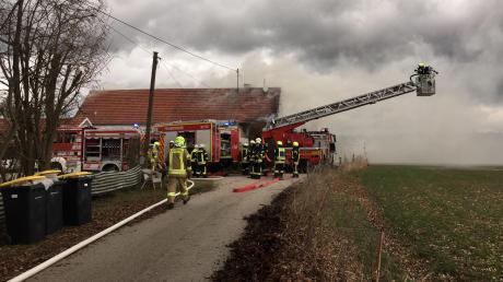Beim Brand in Wasserberg waren zahlreiche Einsatzkräfte von Feuerwehren aus den Kreisen Günzburg und Unterallgäu vor Ort.