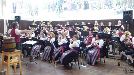 Traditionelles und Modernes spielte der Musikverein Deisenhausen beim Starkbierabend in Ursberg.