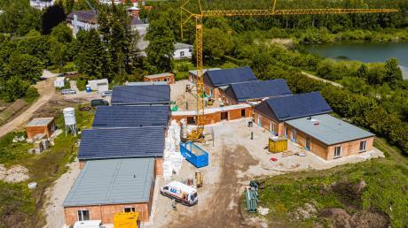 Das jüngste Bauprojekt am Gründungsort des DRW in Ursberg: St. Paul, ein Flachbau für Menschen mit herausforderndem Verhalten. Die Aufnahme entstand im Sommer vergangenen Jahres. Bald sollen in Ursberg zudem weitere Kleinsthäuser aus Holz für jeweils eine Person entstehen.