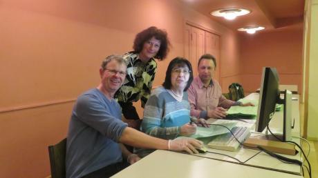 Briefwahlauszählung im Krumbacher Stadtsaal. Im Jahr 2020 machten rund 4000 Wahlberechtigte in Krumbach von der Möglichkeit der Briefwahl Gebrauch. 2014 waren es nur etwa 2300. Die Corona-Krise führte zuletzt noch einmal zu einem deutlichen Anstieg.