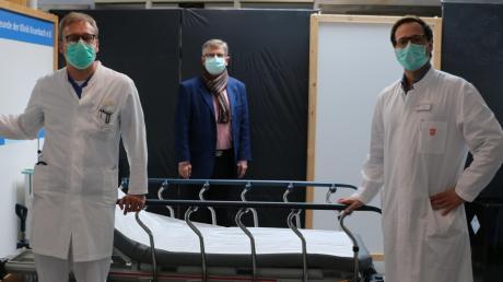 Chefarzt Dr. Christian Vollmer, Klinikmanager Hermann Keller und Chefarzt Dr. Sebastian Hafner (von links) leiten den Corona-Krisenstab in der Krumbacher Kreisklinik.