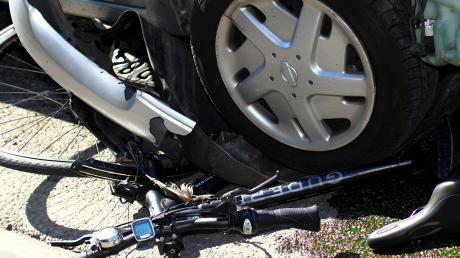 Zu einem Verkehrsunfall mit einer Radfahrerin wurde die Polizei an die Hagenrieder Kreuzung gerufen.